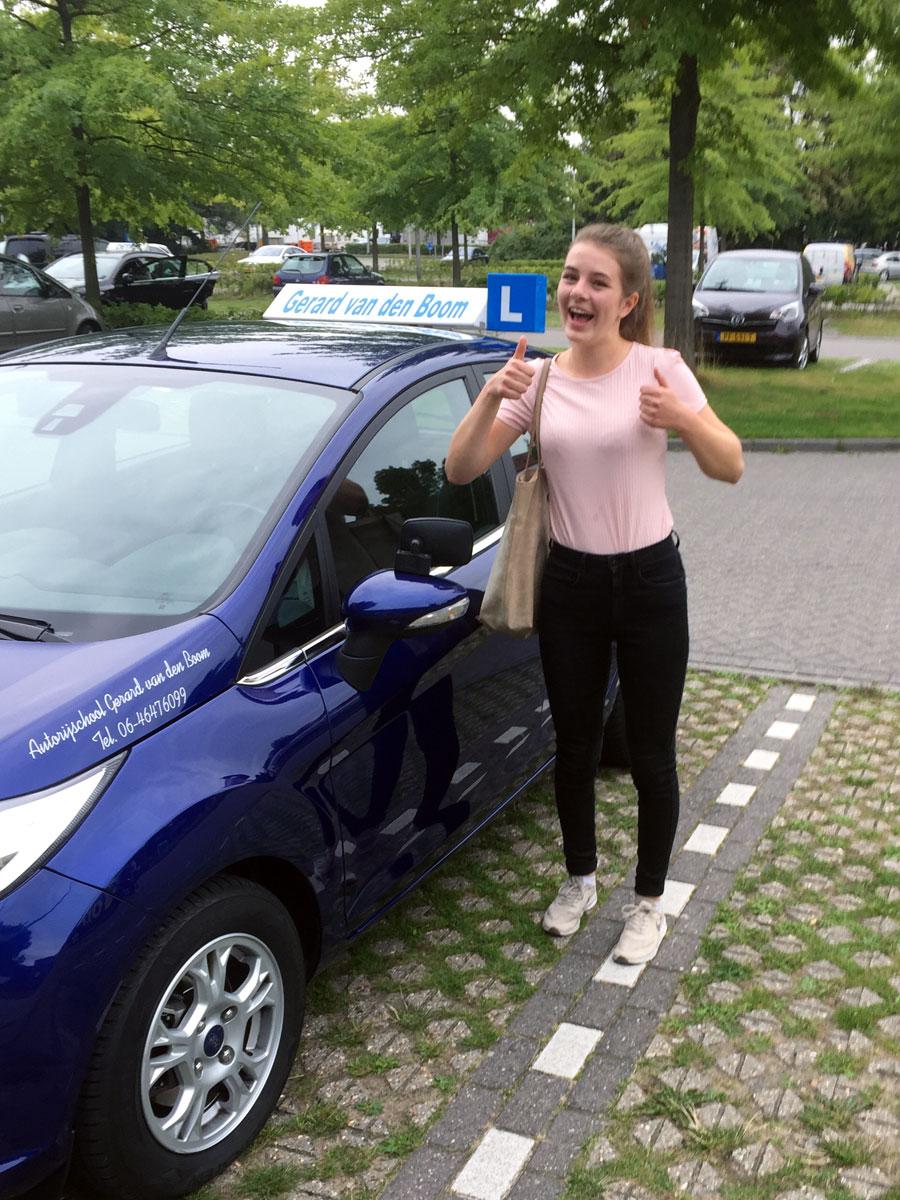 Geslaagd voor haar rijbewijs bij autorijschool Gerard van den Boom