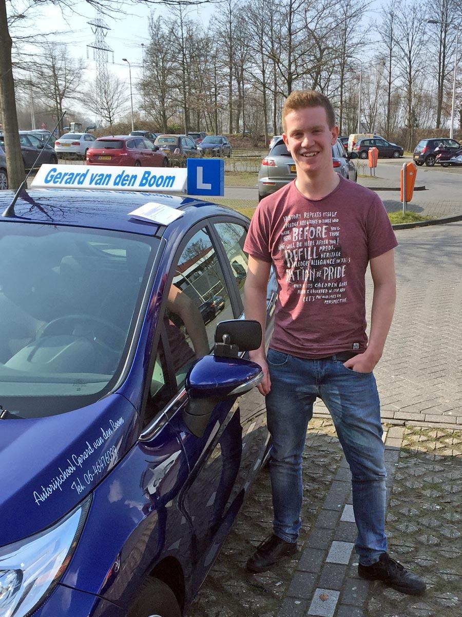 Geslaagd voor zijn rijbewijs bij autorijschool Gerard van den Boom